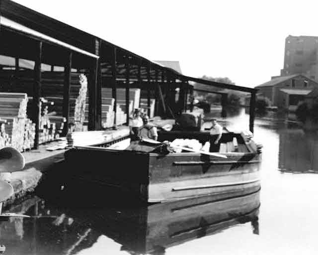 STEEL MOTOR BARGE AT BROWN'S WHARF, Springfield Basin - circa 1960